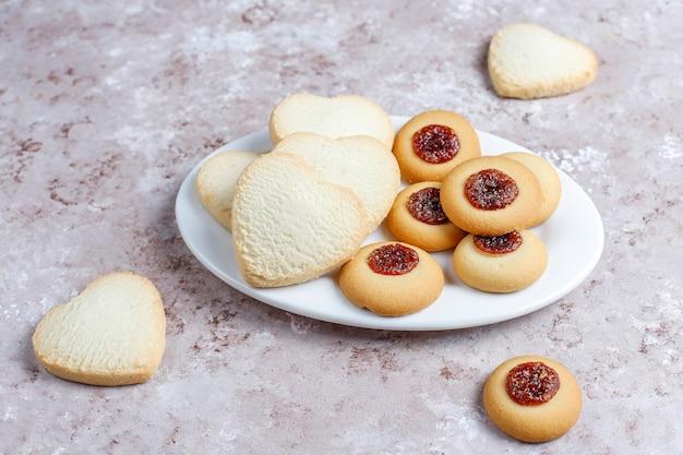 Variedade de deliciosos biscoitos frescos Foto gratuita