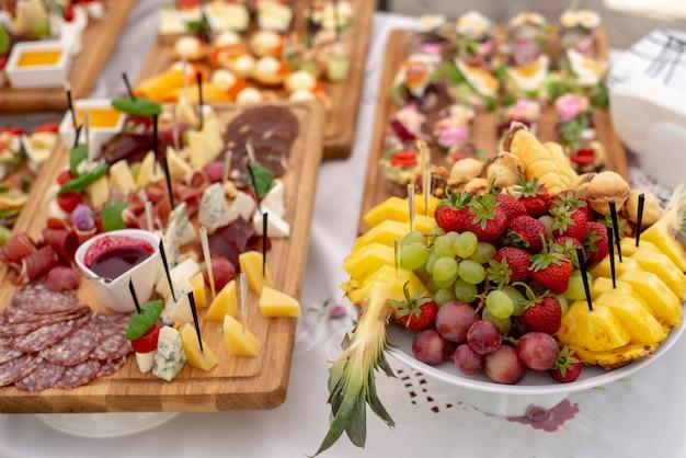 Variedade de deliciosos petiscos deliciosos em cima da mesa Foto Premium