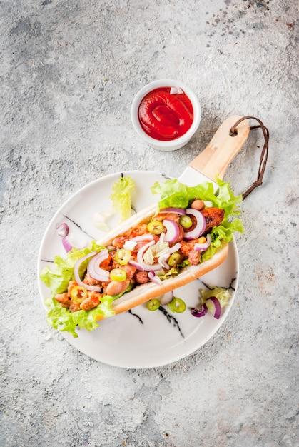 Variedade de diferentes cachorros-quentes veganos de cenoura vegana Foto Premium