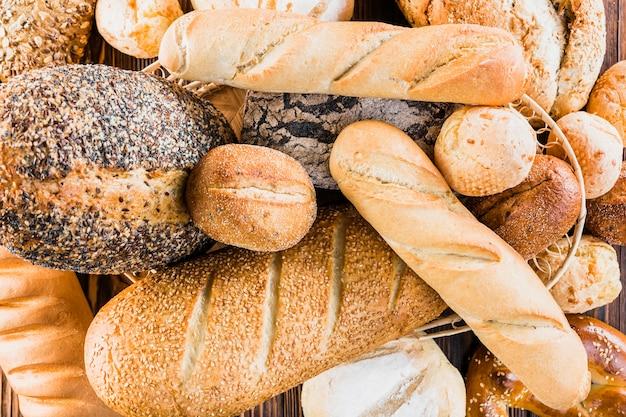Variedade de diferentes tipos de pães assados Foto gratuita