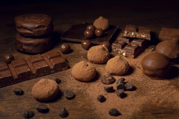 Variedade de doces de chocolate e cacau Foto gratuita