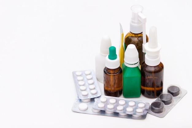 Variedade de drogas e comprimidos no fundo branco. conceito de lista de medicação. espaço da cópia Foto Premium