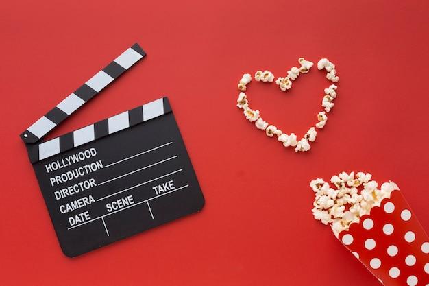 Variedade de elementos de cinema em fundo vermelho Foto gratuita