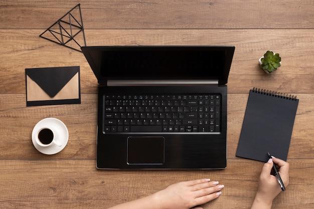 Variedade de elementos de escritório em fundo de madeira Foto gratuita