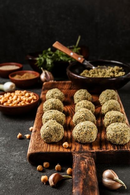Variedade de falafel e grão de bico de alto ângulo Foto gratuita