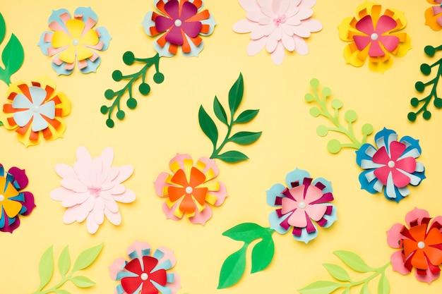 Variedade de flores de papel coloridas para a primavera Foto gratuita