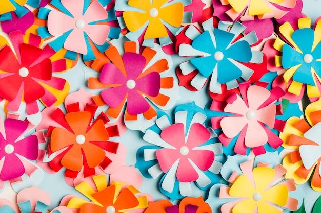 Variedade de flores de primavera de papel multicolorido Foto gratuita