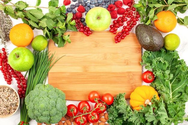 Variedade de frutas e vegetais coloridos Foto Premium