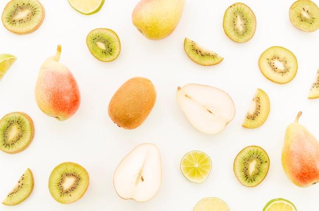 Variedade de frutas tropicais inteiras e fatiadas Foto gratuita