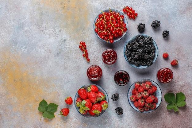 Variedade de geléias de frutas vermelhas, vista de cima Foto gratuita
