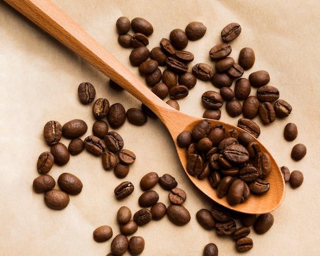 Variedade de grãos de café preto de vista superior em fundo de papel Foto gratuita