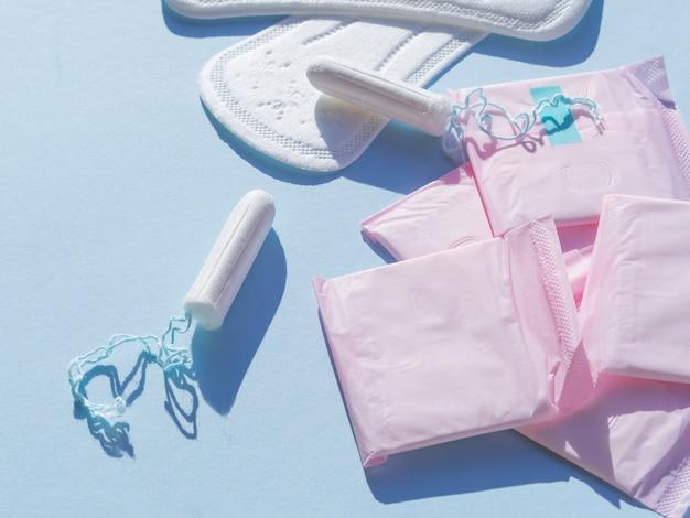 Variedade de higiene menstrual feminina plana leigos Foto gratuita