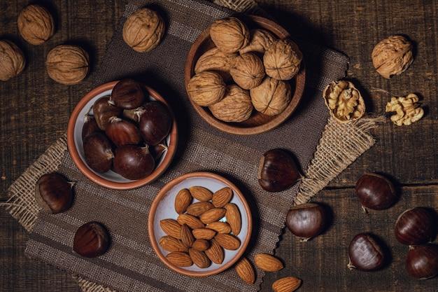 Variedade de ingredientes e nozes mistas Foto gratuita
