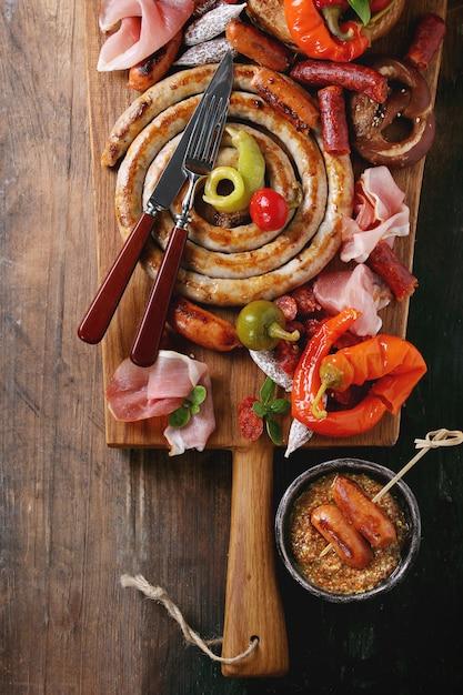 Variedade de lanches de carne em pretzels Foto Premium