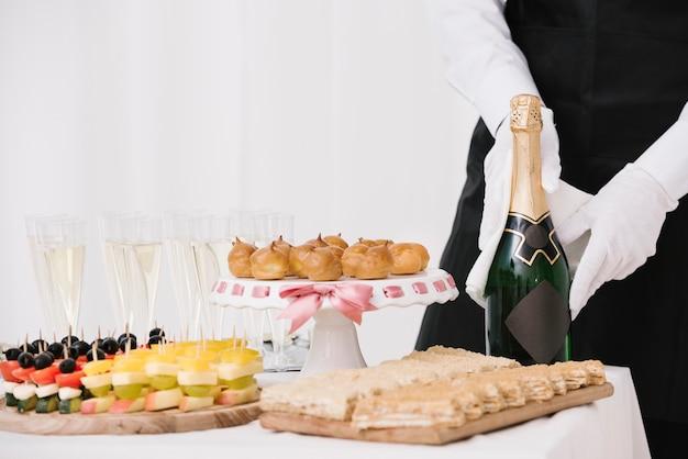Variedade de lanches e bebidas em uma mesa Foto gratuita