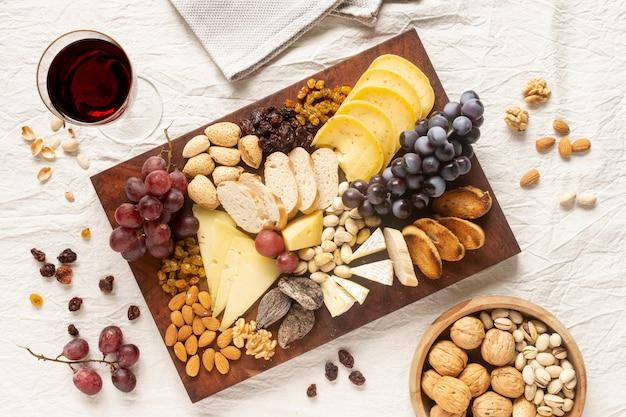 Variedade de lanches saborosos em uma mesa Foto gratuita