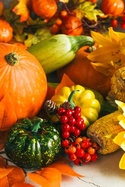 Variedade de legumes coloridos na mesa Foto gratuita
