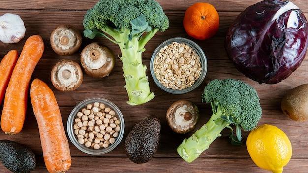 Variedade de legumes com abacate Foto gratuita