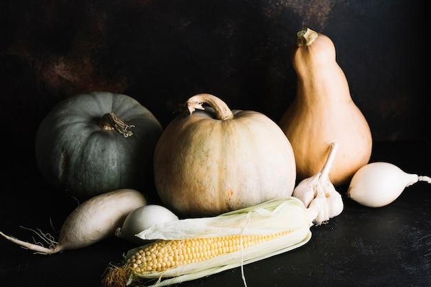 Variedade de legumes de outono com abóbora e milho Foto gratuita