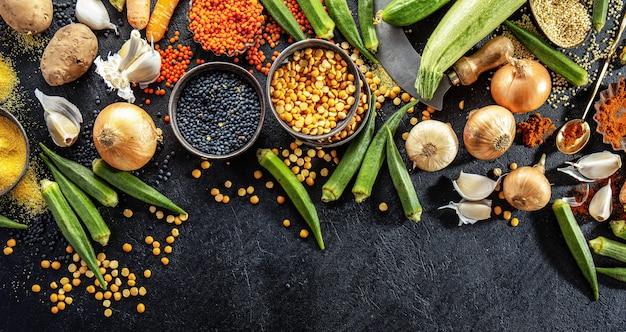 Variedade de legumes frescos saborosos no escuro Foto gratuita