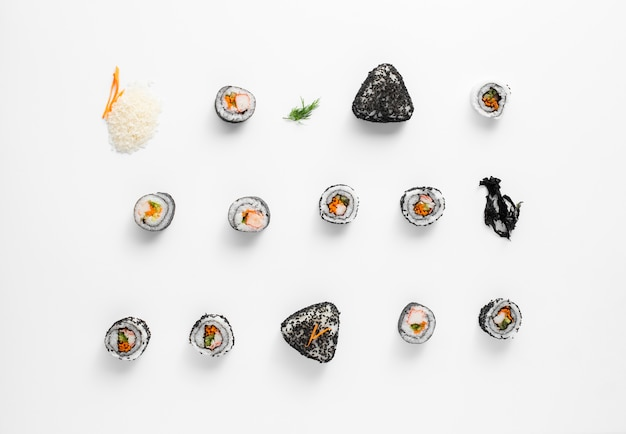 Variedade de maki sushi rolls n fundo branco Foto gratuita