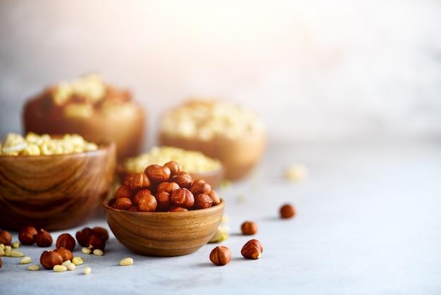 Variedade de nozes - castanha de caju, avelãs, nozes, pistache, nozes, pinhões, amendoim, passas. Foto Premium