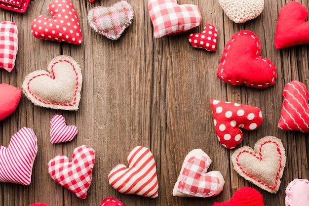 Variedade de ornamentos de dia dos namorados em fundo de madeira Foto gratuita