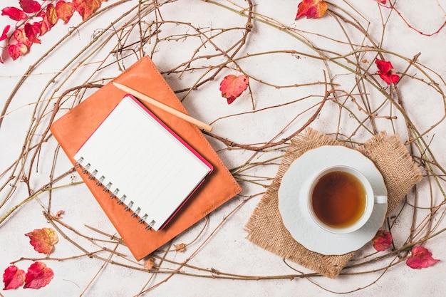 Variedade de outono vista superior com café e notebook Foto gratuita