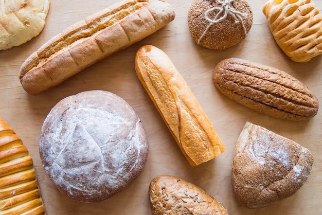 Variedade de pão assado vista superior Foto gratuita