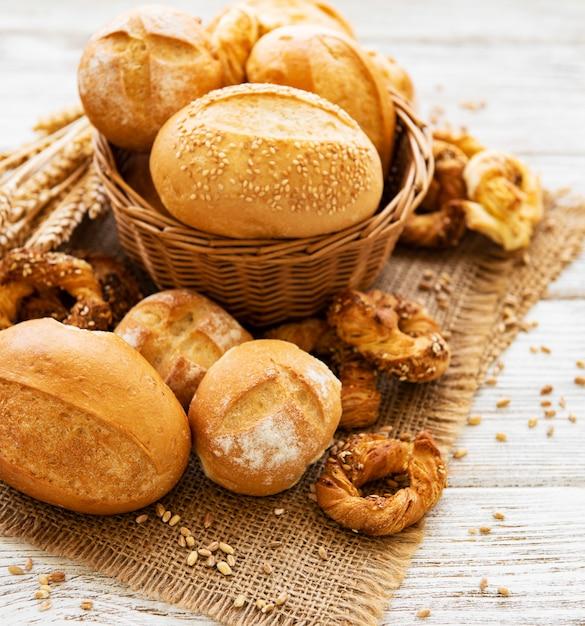 Variedade de pão assado Foto Premium