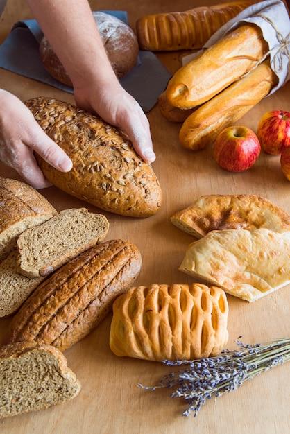 Variedade de pão de trigo integral alto ângulo Foto gratuita