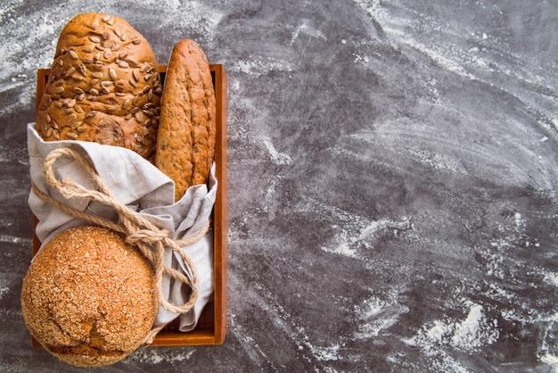 Variedade de pão de trigo integral com espaço de cópia Foto gratuita