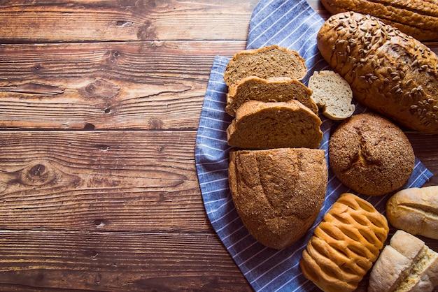 Variedade de pão fatiado vista superior com espaço de cópia Foto gratuita
