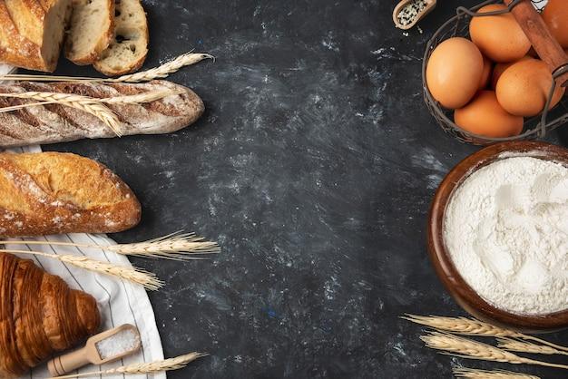 Variedade de pão fresco e ingredientes de panificação Foto Premium