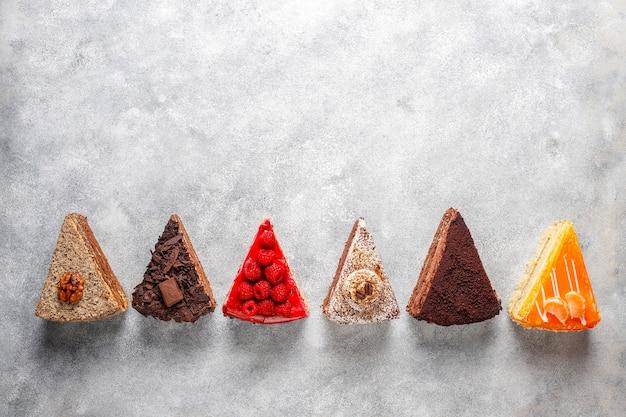 Variedade de pedaços de bolo. Foto gratuita