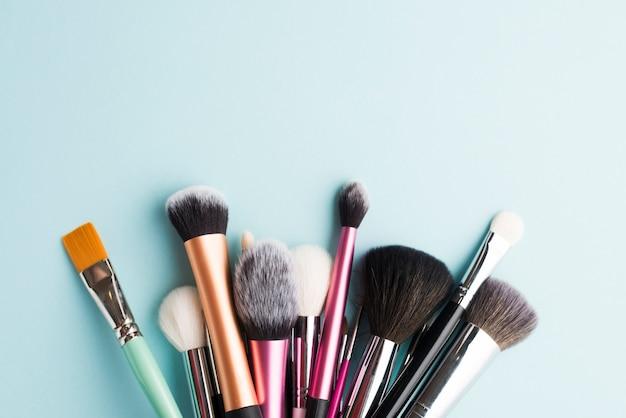 Variedade de pincéis de maquiagem Foto gratuita