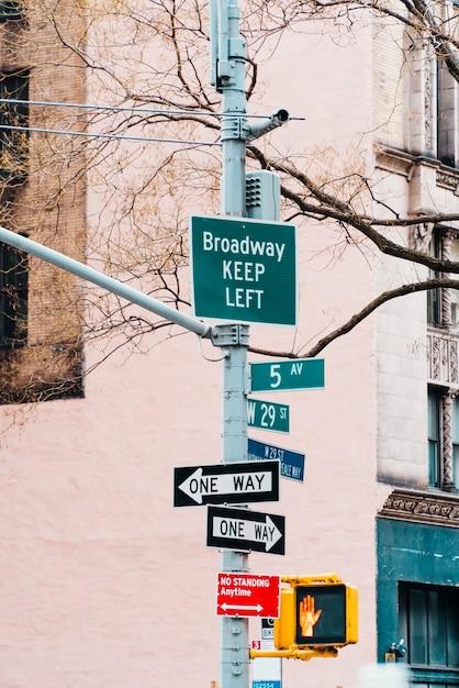 Variedade de ponteiros no pilar da rua Foto gratuita