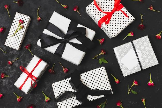 Variedade de presentes com botões de flores Foto gratuita