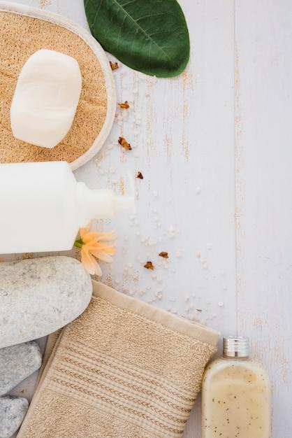 Variedade de produtos para o cuidado da pele e do corpo Foto gratuita