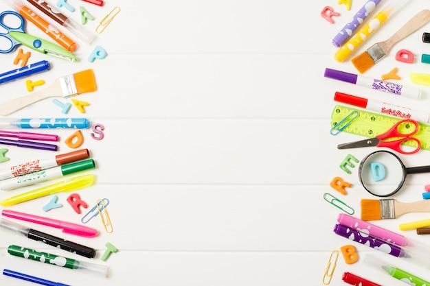 Variedade de quadro de material escolar Foto gratuita