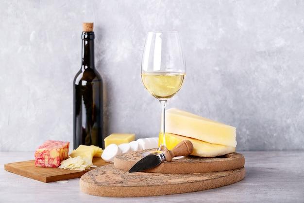 Variedade de queijo de cabra e leite de vaca Foto Premium