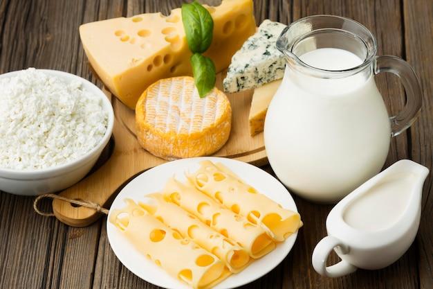 Variedade de queijo gourmet com leite Foto Premium