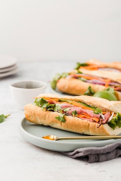 Variedade de sanduíches com presunto Foto gratuita