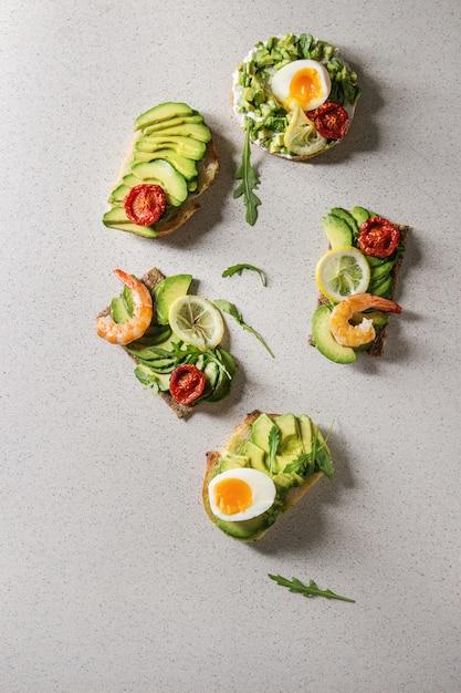Variedade de sanduíches de abacate Foto Premium