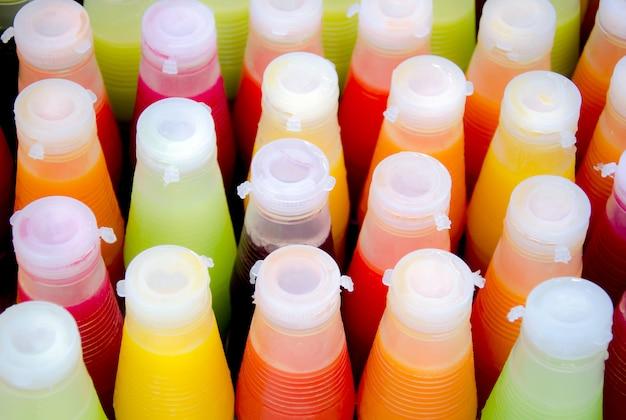 Variedade de suco de frutas tropicais frio em garrafas Foto Premium