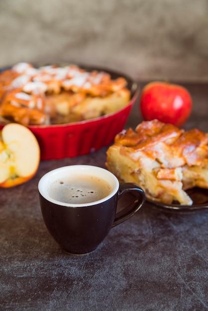 Variedade de torta de maçã de alto ângulo com café Foto gratuita