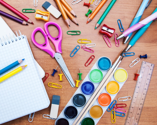 Variedade de vários itens da escola Foto Premium