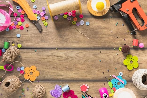 Variedade de vários itens de artesanato em fundo de madeira Foto gratuita