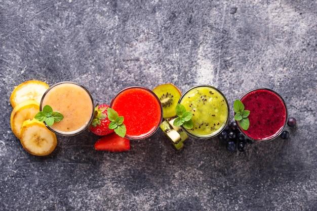 Variedade de vários smoothies saudáveis Foto Premium