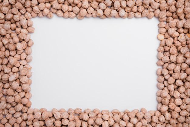 Variedade de vista superior de grão de bico orgânico com espaço de cópia Foto gratuita